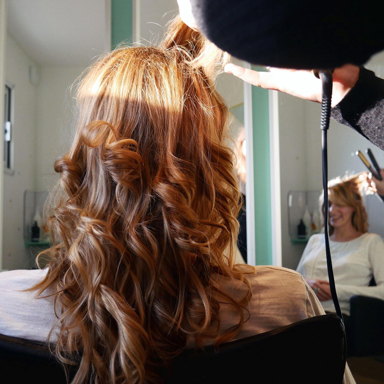 Belles boucles blondes en cours